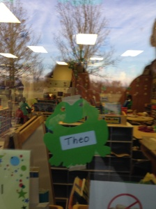 Nome do Theo na janela da sala de aula